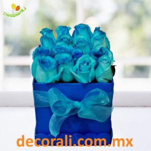 Rosas azules en caja.