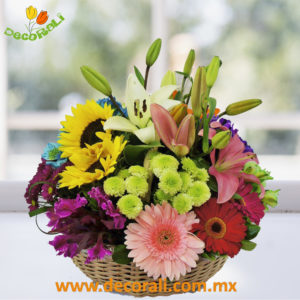 Arreglo floral primaveral en canasta de mimbre