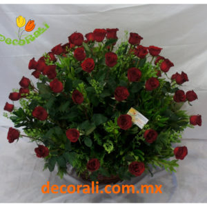 72 Rosas rojas en canasta de mimbre