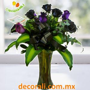 Rosas negras y moradas