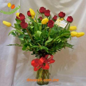 10 tulipanes y 12 rosas en jarrón.