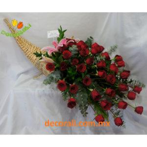 Cuerno de la abundancia con 48 rosas.