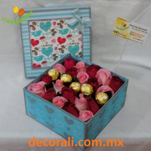 Caja de rosas y chocolates.