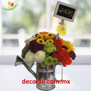 Regadera vintage con flores