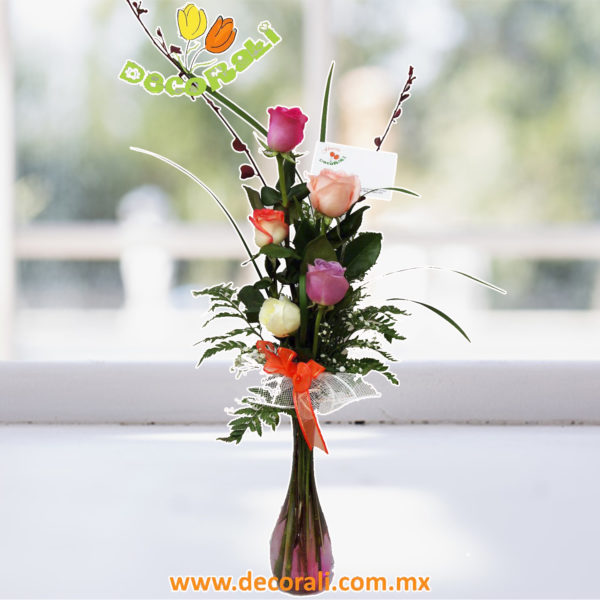 5 rosas en violetero
