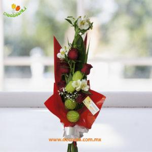 Ramo de rosas y alstroemerias