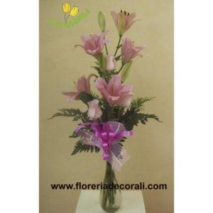 Violetero con rosas y lilis.