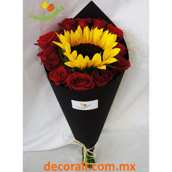 Ramo de girasol y 12 rosas rojas en cono.