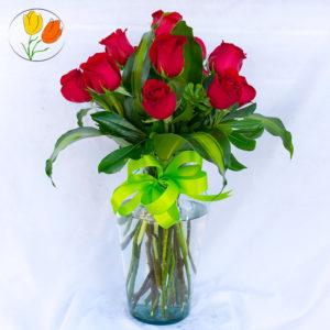 12 rosas rojas en jarron