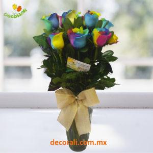12 rosas arcoiris en jarron
