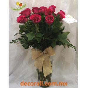 18 rosas fucsia en jarron