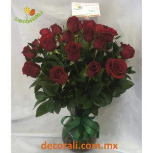 24 rosas rojas en jarron