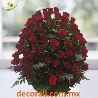 108 rosas rojas en canasta de mimbre