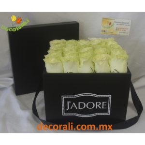Caja de rosas blancas