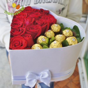 Corazon con rosas y chocolates