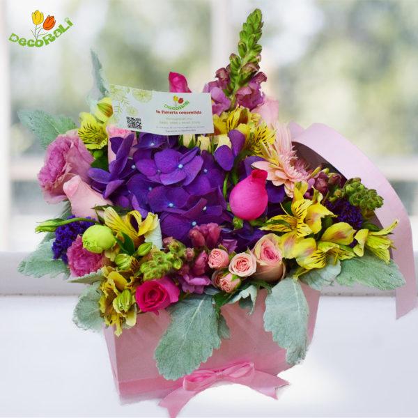 Caja corazon con flores rosadas