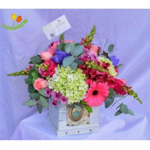 Rosas gerberas y hortensias en caja