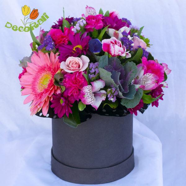 Caja con flores rosadas