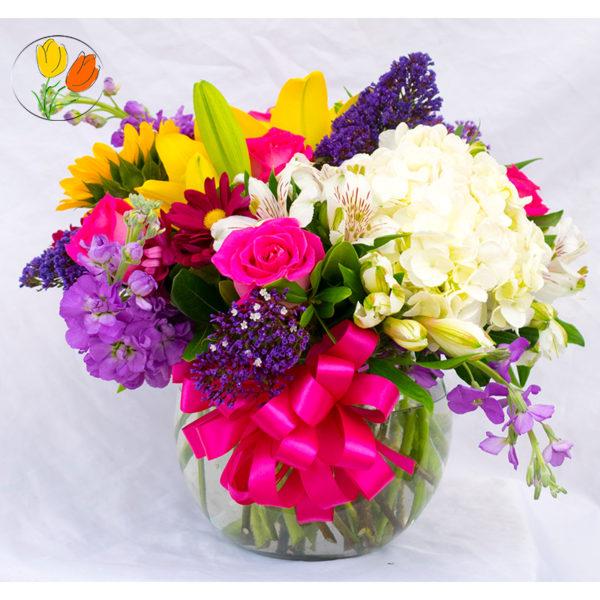 Rosa hortensia lilis y girasol en pecera