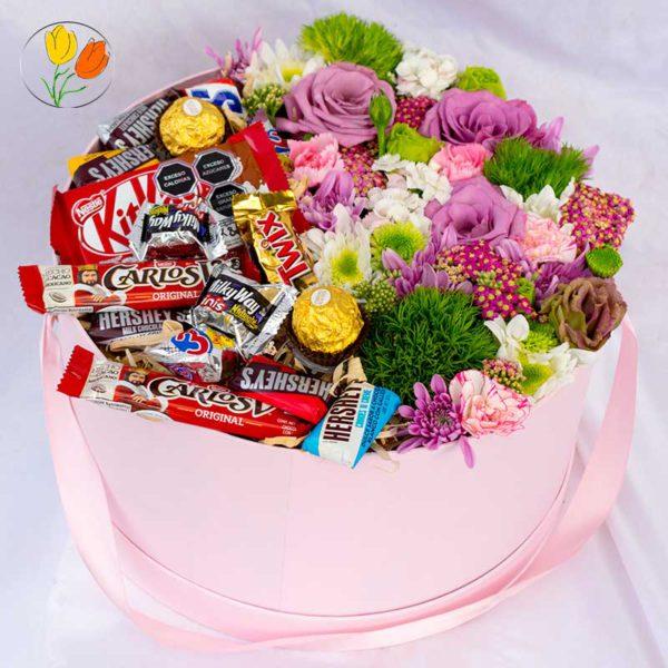Caja con flores y chocolates