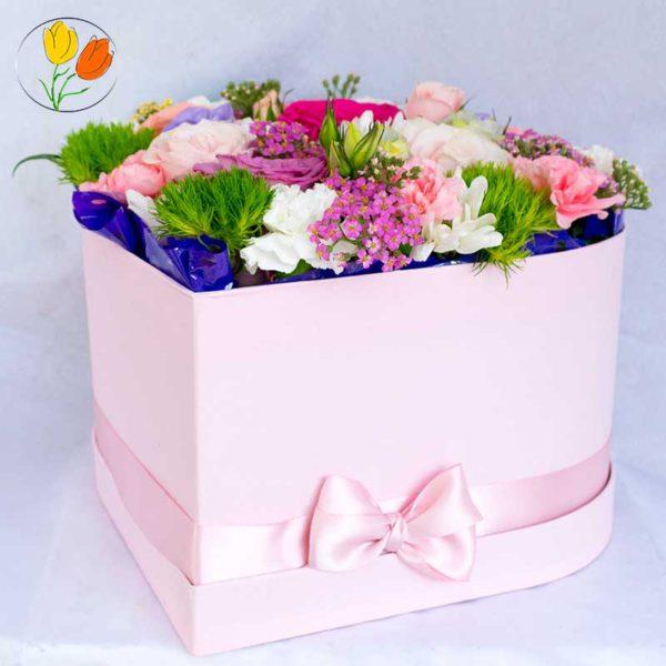 Corazon con flores rosadas
