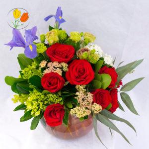 Iris hortensia y rosas en pecera
