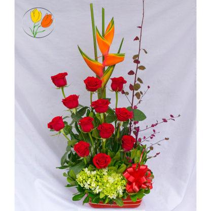 Rosas y hortensia en barro